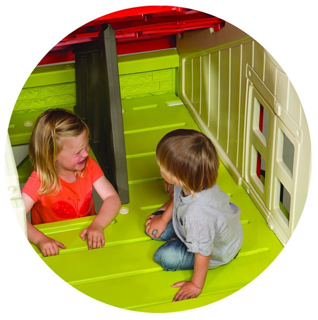 Jouer dans une maison enfant