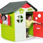 Les enfants jouent dans leur maison smoby